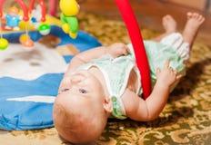 Petite chéri jouant avec des jouets Photo stock