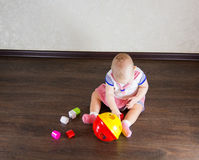 Petite chéri jouant avec des jouets Image stock