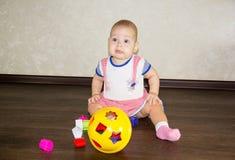 Petite chéri jouant avec des jouets Images libres de droits