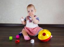Petite chéri jouant avec des jouets Images stock