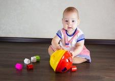 Petite chéri jouant avec des jouets Photo libre de droits