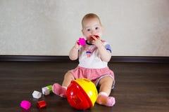 Petite chéri jouant avec des jouets Photographie stock