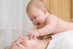 Petite chéri, jouant avec la mère Images stock