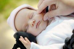Petite chéri nouveau-née dans des mains du père Images libres de droits