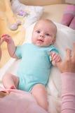 Petite chéri nouveau-née dans les bras de la mère Photo libre de droits