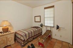 Petite chambre à coucher simple avec le banc à presse et les poids Photos stock