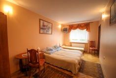 Petite chambre d'hôtel. Photo libre de droits