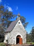 Petite chapelle avec la porte ouverte images libres de droits