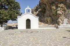 Petite chapelle blanche de Saint Paul près de la plage de Lindos, endroit populaire pour des mariages image libre de droits