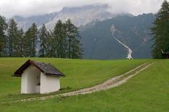 Petite chapelle en montagnes Photo stock