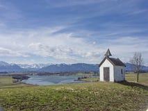 Petite chapelle idyllique de pré près de lac Rieg Photographie stock libre de droits