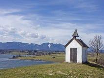 Petite chapelle idyllique de pré près de Riegsee Photo stock