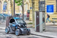 Petite charge électrique sur la rue de Paris Image stock