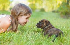 Petite chiot mignon de fille et de chien Photo libre de droits