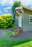 Petite cloche extérieure grise avec l'horizontal d'arrière-cour. Photographie stock