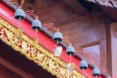 Petite cloche sur le toit dans le temple thaïlandais photographie stock