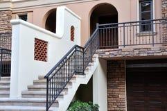 Petite construction de villa regardant à l'extérieur Images libres de droits