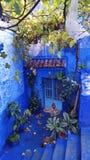 Petite cour de charme dans la ville bleue de Chefchaouen, Maroc image stock