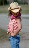 Petite cow-girl avec l'assiette Photographie stock libre de droits