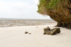 Petite crique avec une roche dessus Photo stock
