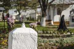 Petite croix dans un jardin de monastère Photographie stock