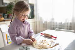 Petite cuisson caucasienne de fille dans la cuisine, mode de vie occasionnel Images libres de droits