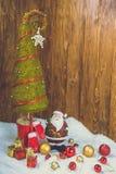 Petite décoration de Santa sur le fond en bois Photos stock