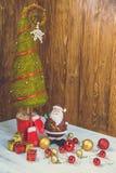 Petite décoration de Santa sur le fond en bois Image stock