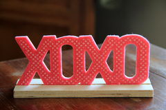 Petite décoration mignonne de xoxo sur la table en bois Photos libres de droits