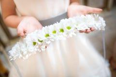 Petite demoiselle d'honneur avec des fleurs Photo libre de droits