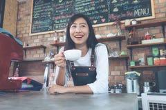 Petite entreprise : Propriétaire heureux d'un café Jeune propriétaire de démarrage petit photographie stock