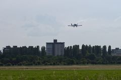 Petite et légère Piper Aircraft Taking blanche de la piste Image stock