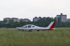 Petite et légère Piper Aircraft Taking blanche de la piste parmi le pré Photos libres de droits