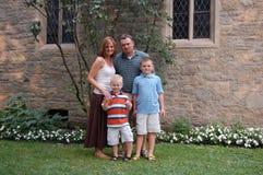 Petite famille heureuse Images libres de droits