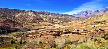 Petite famille Kasbah en montagnes d'atlas, Maroc Photo stock