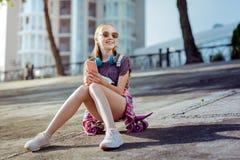 Petite femelle aimable appréciant ses vacances d'été photos libres de droits