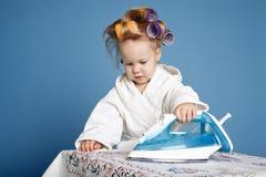 Petite femme au foyer drôle avec du fer Photo libre de droits