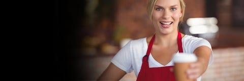 Petite femme heureuse d'entrepreneur tenant un café photo stock