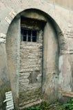 Petite fenêtre dans la cellule de prison images libres de droits