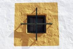 Petite fenêtre sur le mur d'une ferme Photo libre de droits