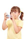 Petite fille à l'aide d'un inhalateur photos libres de droits