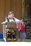 Petite fille à l'aide de la machine à coudre Images libres de droits