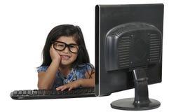 Petite fille à l'aide de l'ordinateur portatif photographie stock