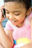 Petite fille à l'aide du portable Image libre de droits