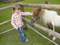 Petite fille à la ferme Photo stock