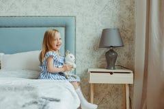 Petite fille à la maison image stock