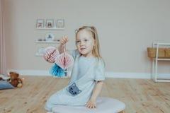 Petite fille à la maison photos libres de droits