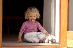 Petite fille à la maison Photos stock