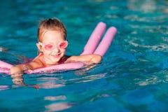 Petite fille à la piscine Photographie stock libre de droits