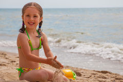 Petite fille à la plage Images stock